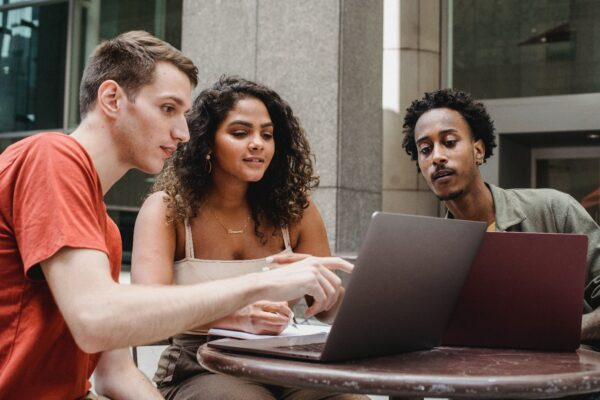 3 persons discussing on what makes you addicted to Freelancing